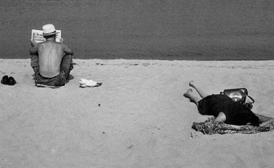 Chicago (man reading paper, woman sleeping on beach) (1952-53) by Yasuhiro Ishimoto