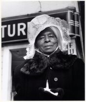 Sunbonnet Lady, Fillmore St., San Francisco (1950) by Imogen Cunningham