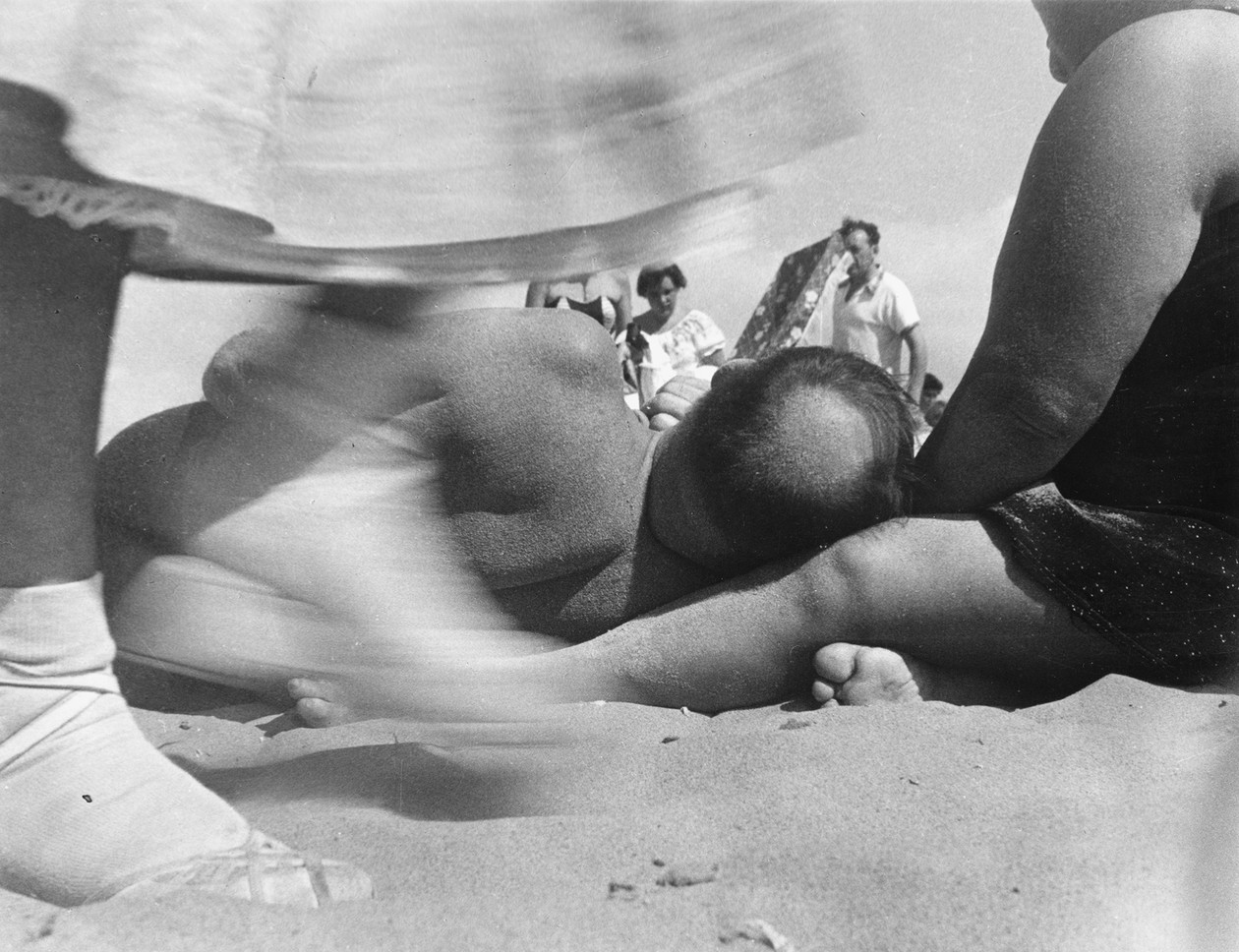 Coney Island (1952) by Leon Levinstein