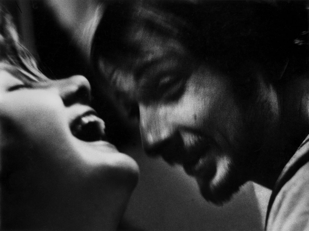 Sheila and Arnie, 7 Arts Coffee Gallery, New York City (1959) by Dave Heath